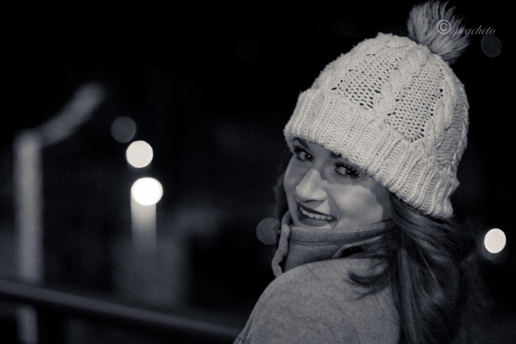 Portraitshooting mit Anika am Abend in Meißen mit Blitz in schwarz weiß