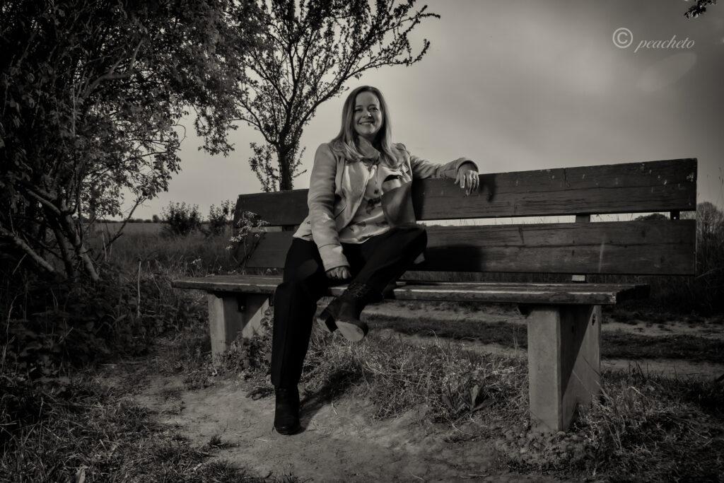 Shooting bei Sonnenuntergang, Steinmauer, Abendshooting, Pinkowitz, Porträt, Portrait, schwarz-weiß, Parkbank